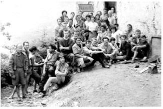 À propos d'une photo de groupe prise en 1956 devant Bidonville à Argut-Dessus